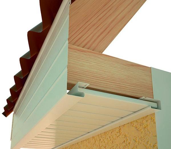 Монтаж фронтона вертикальными элементами ведется только после установки J-планок
