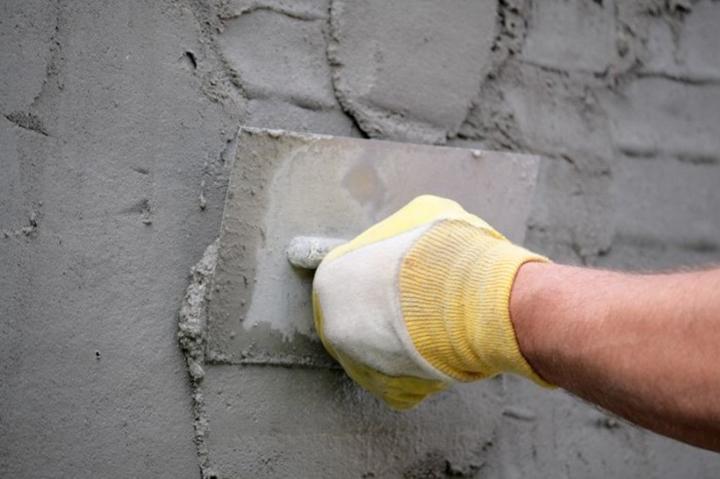 Перед тем как выполнить обустройство фасадной части здания комплектующими и сайдинговой отделкой, следует выполнить подготовку поверхности стен
