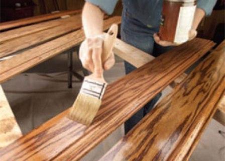 Пропитка, покраска, грунтовка или лакирование деревянной поверхности обычно производится при помощи валиков и кистей