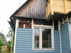 Обшивка фасадов частных домов снаружи сайдинговыми панелями широко востребована
