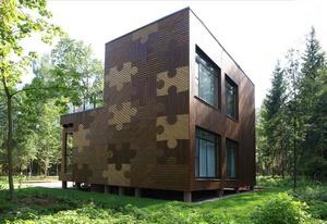 При оформлении фасада деревянного дома следует обратить внимание не только на красоту, но и на другие качества отделки