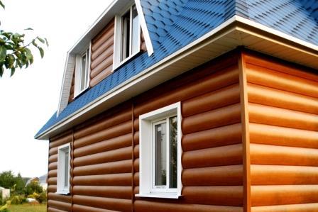 Применение блок-хауса придаст дому внешний вид постройки из сруба