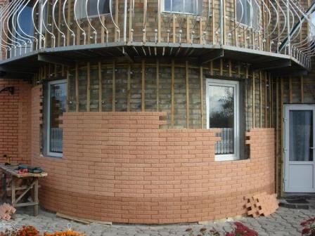 Легкость монтажа – еще один плюс к достоинствам фасадных панелей