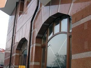 Фасад из натурального камня подчеркнет престиж владельца дома