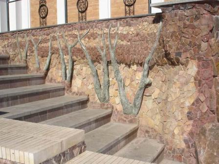 Используя камни разных оттенков, фасаду можно придать художественный вид
