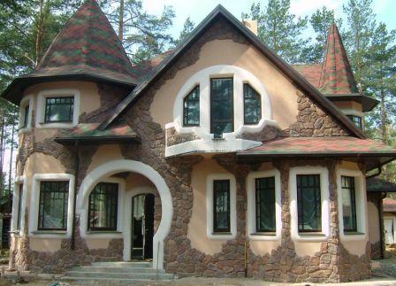Для облицовки загородных домов чаще используются камни с необработанной поверхностью