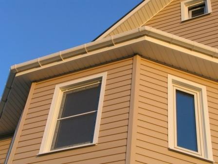 Самый доступный вид фасадных панелей – пластиковый сайдинг