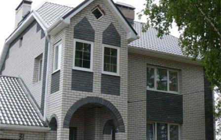 Для отделки фасада штукатурным способом используются специальные клеевые смеси