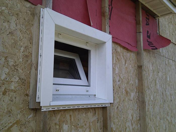 Установка каркаса обрешётки под сайдинговые панели вокруг проёмов окон или дверей производится с расчётом на монтаж откосов или отливов