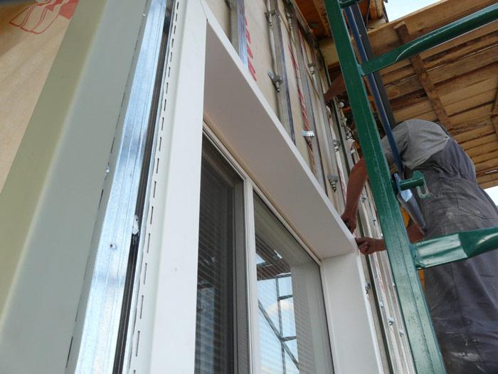 Специалисты по отделке зданий рекомендуют применять крепежи из оцинковки. Кроме того, следует правильно проводить саму процедуру крепления