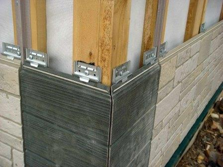 Большинство фасадных панелей монтируются на каркас. Такой монтаж прост и надежен