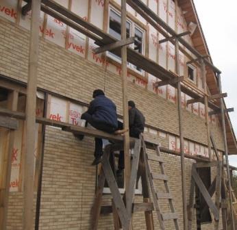 При выполнении работ на высоте соблюдайте правила техники безопасности