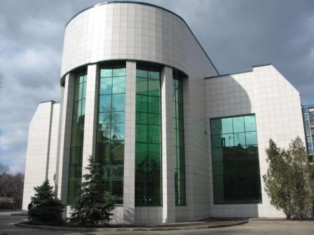 Керамогранит, в виде фасадных панелей, кроме эстетичной, выполняет функцию вентиляционную