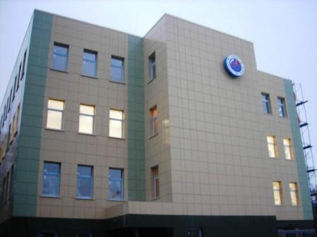 Керамогранитные плиты используют для отделки как в частном секторе, так и при облицовке админстроений