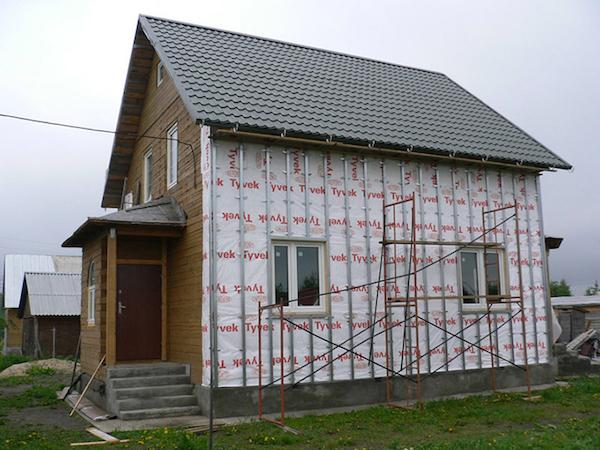 Монтаж облицовки дома сайдинговыми панелями под брус не представляет особых сложностей