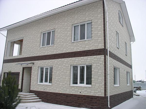 Главные фасады часто отделывают при помощи сайдинга, отличающегося разнообразием цветовой гаммы и фактур
