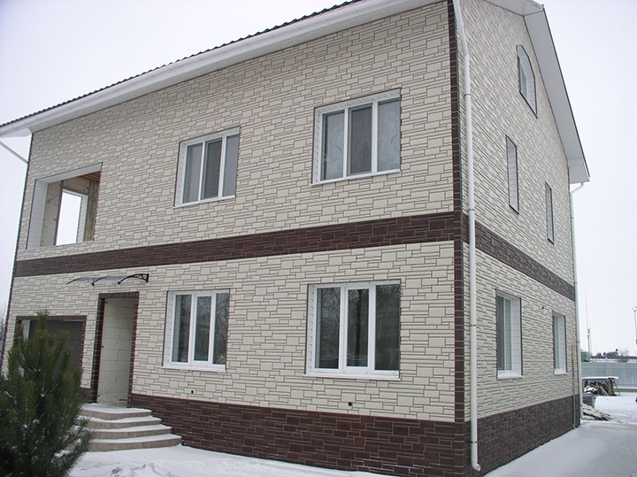 Сайдинг для фасада, как и любой материал для обшивки стен, по технологии характеризуется способностью к расширению или сжатию при перепадах температурных показателей