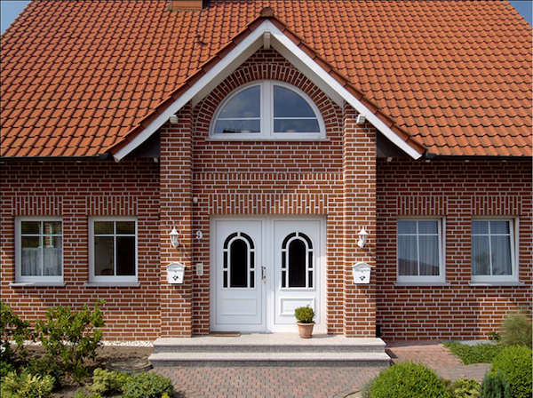 Использовать облицовочный кирпич можно для оформления фасада не только старого дома, но и новостройки