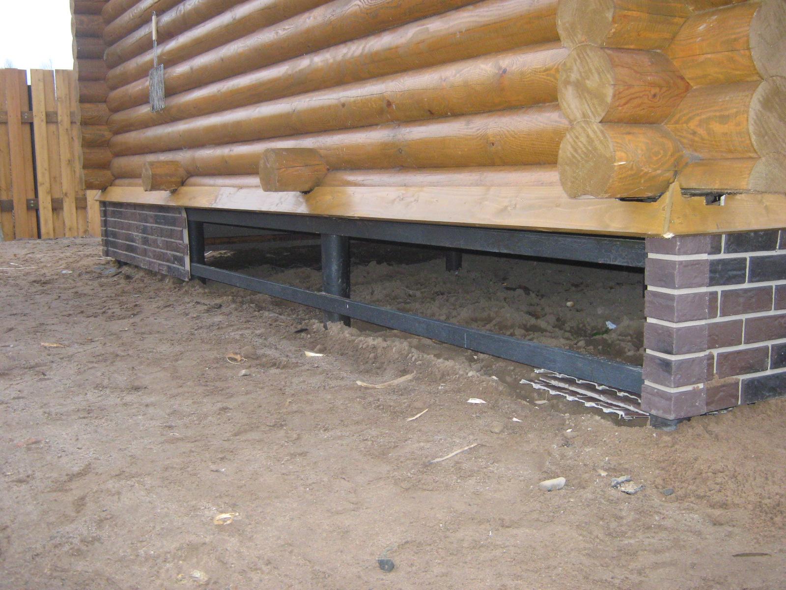 Отделку свайного винтового фундамента можно выполнить с применением разнообразных материалов, однако предпочтительнее использовать сайдинговые панели под камень