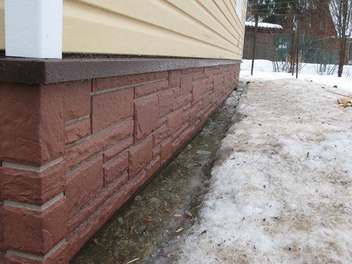 Специалисты в области строительства рекомендуют применять отделку фундаментной части дома сайдинговыми панелями под камень на территории северных регионов нашей страны