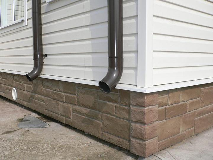 Металлический цокольный сайдинг очень хорош для отделки дома, однако цена на материал не может быть отнесена к категории общедоступной