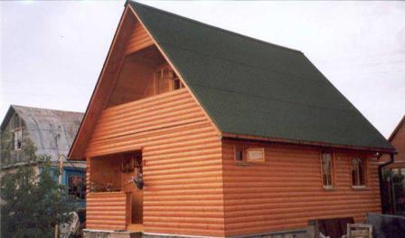 Процесс отделки блок-хаусом фасада требует бережного отношения к облицовочному материалу