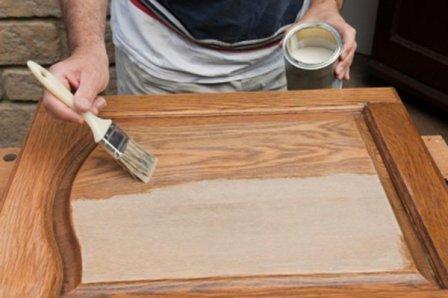 Перед покраской обработайте поверхность наждачной бумагой – краска ляжет ровнее и продержится дольше