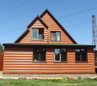 При облицовке фасада виниловым блок-хаусом, старайтесь делать как можно меньше стыков