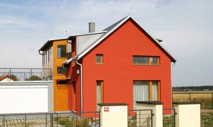Для оштукатуренного дома применяются ПХВ краски, позволяющие работать в холодное время года