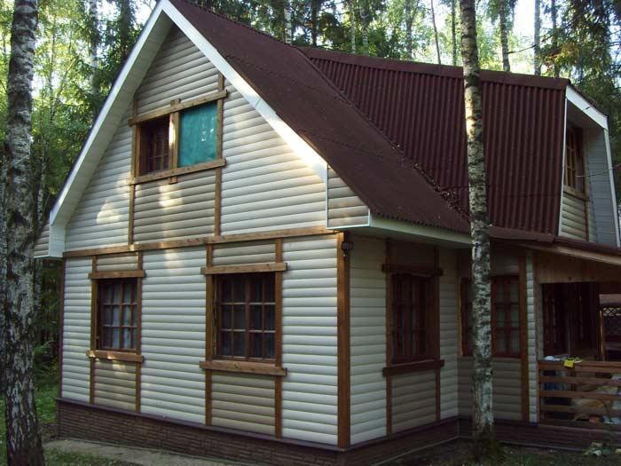 Если стены дома окружены лесной или парковой зеленью, то дизайнеры рекомендуют использовать все сочетания коричневого цвета, а также сайдинговые панели оттенка «Слоновая кость», кремового, бежевого, розового или цвета «Сливки»