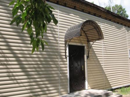 Пластиковый блок-хаус применяется как при отделке жилых домов, так и других построек