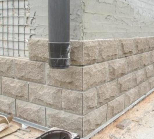 Качество глянцевой поверхности и рельеф фасадной бетонной плитки задаётся рельефом поверхности пластиковых форм