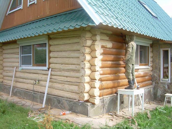 Перед покраской мокрого или сухого деревянного строения стоит провести ряд подготовительных работ. На деревянной поверхности для лучшей адгезии необходимо создать необходимую основу