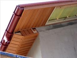 Подшивка крыши ПВХ-материалами позволяет получить прочную и красивую область возле кровли