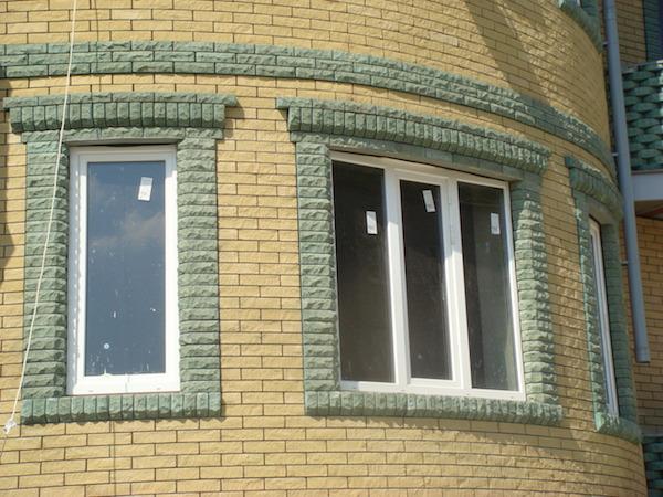 Для декоративного обрамления окон с успехом могут быть использованы такие материалы, как кирпич, природный камень, гипс, древесины и другие материалы