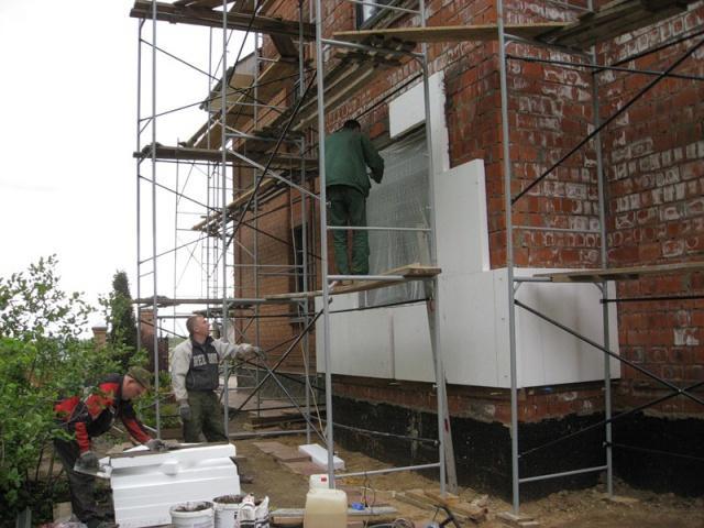 Ремонт кирпичного фасада включает в себя заделывание образовавшихся щелей в кладке и замену поврежденного кирпича