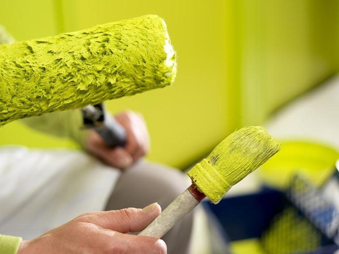 Акриловая краска широко распространена и активно применяется для осуществления отделочных работ