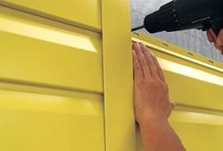 Сайдинговые панели устанавливаются в соответствии с отработанной технологией монтажа