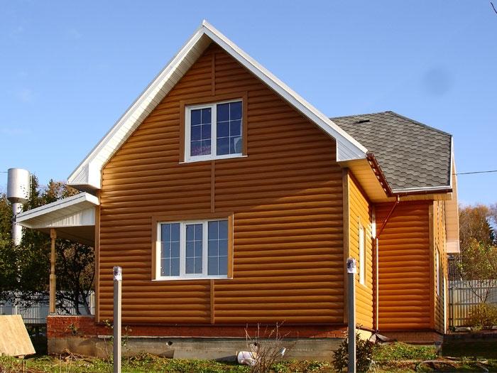 Лицевая поверхность блок-хауса имитирует оцилиндрованное бревно