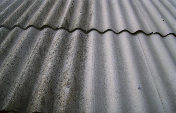 Перед началом окрашивания поверхность фасада очищают от грязи и пыли, остатков старого покрытия