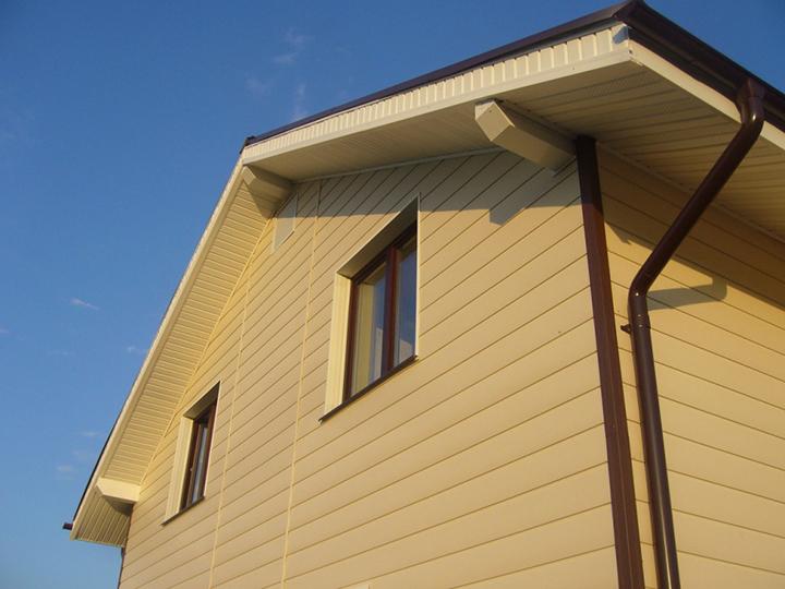 Монтажные работы по обустройству фасадной части здания сайдингом «L-брус» или «Экобрус» принято проводить сверху вниз