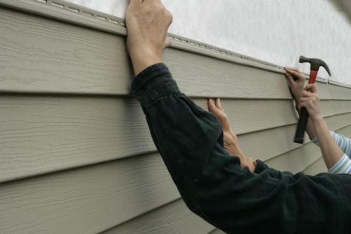 Отделочный материал в виде фасадного или цокольного сайдинга прекрасно подходит для монтажа своими руками