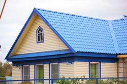Многие владельцы частных домов задумываются, как привести внешний вид своего дома в порядок, облицевав фронтон сайдингом