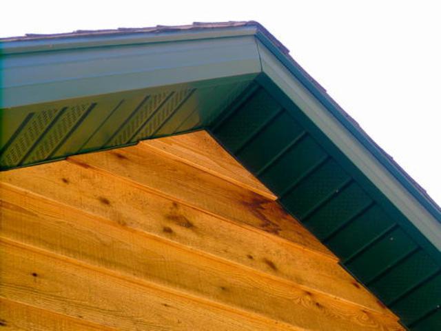 В зависимости от конструктивных особенностей крыши, подшивка свесов может производиться горизонтально или под углом