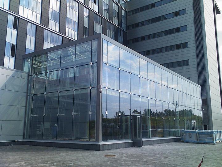 Фасады из стекла без сверления обеспечивают зданию привлекательный внешний вид и комфортные условия для пребывания в нём