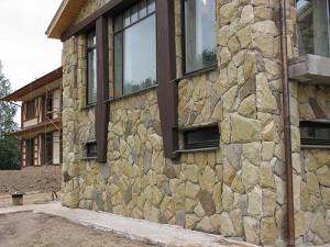 Фасад из камня очень прочный, долговечный и стойкий к различным сторонним воздействиям