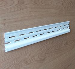 Чтобы выполнить качественную отделку стены сайдинговыми панелями требуется применять специальные профили