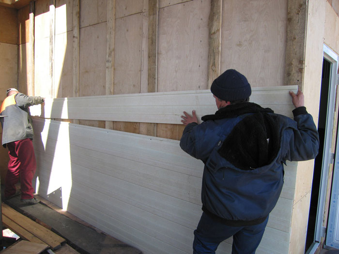 После монтажа обрешетки  производится установка стеновых сайдинговых панелей в соответствии с инструкцией, прилагаемой компанией-производителем отделочного материала