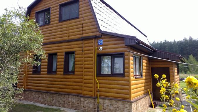 Деревянный блок-хаус используют в индивидуальном жилищном строительстве наиболее часто
