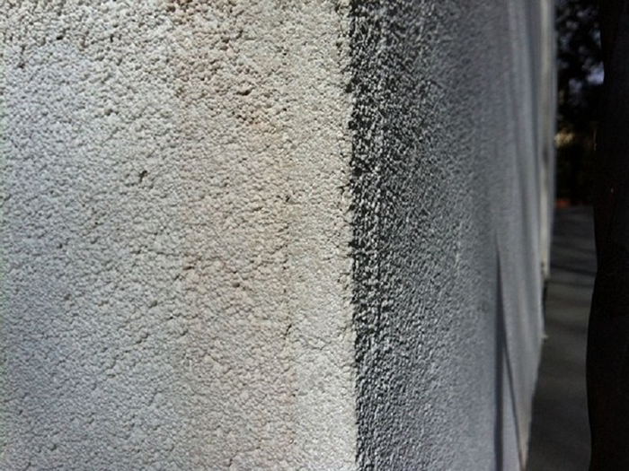 Тёплая штукатурка на основе пенополистирола обладает достаточно высоким уровнем адгезии к разнообразным поверхностям